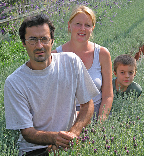 Angelo Paolo Ratto, sua moglie Monica e uno dei loro due figli nella loro coltivazione di lavanda
